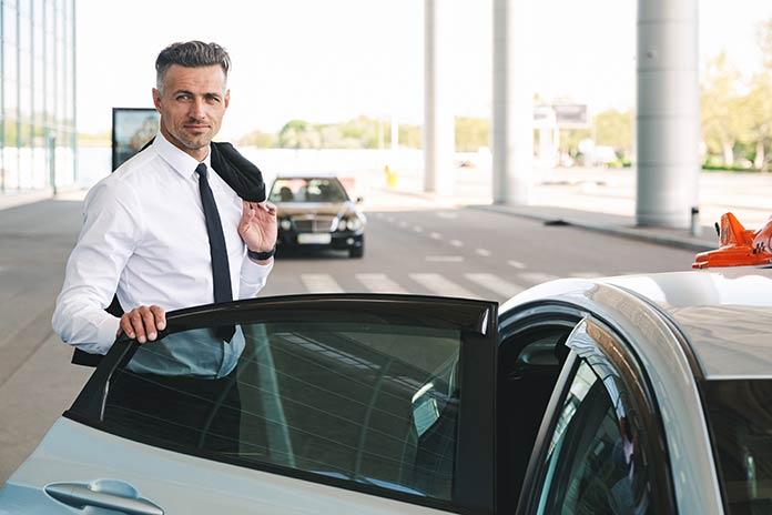 homme-souriant-monte-dans-un-taxi